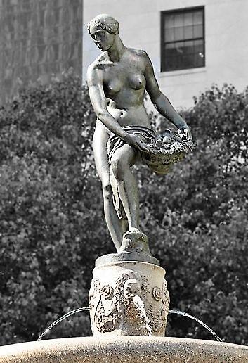 Audrey Munson statue